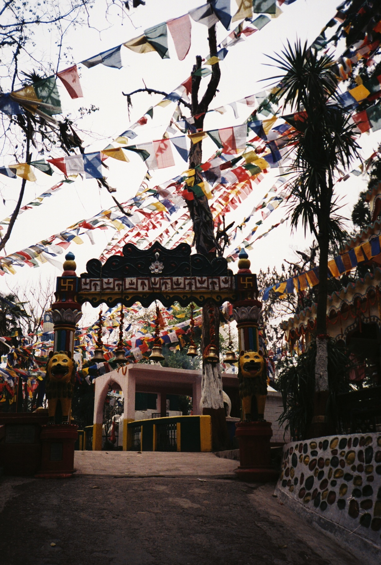 darjeeling_buddhist_temple_entrance_india_march_2013